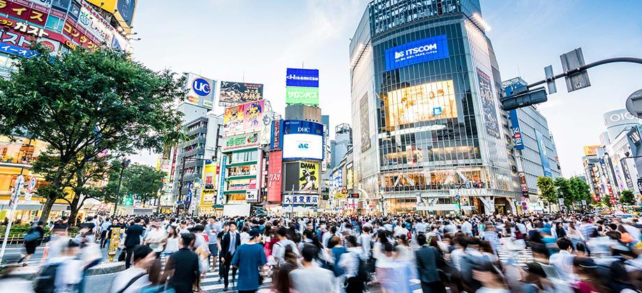 駅前スクランブル交差点の写真